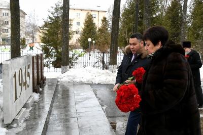Губернатор Игорь Руденя возложил цветы к Обелиску Победы в Лихославле