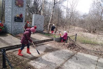 Жители Микшинского поселения провели субботник у Обелиска Воину Освободителю