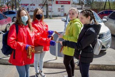 Волонтеры раздали жителям Лихославля Георгиевские ленточки