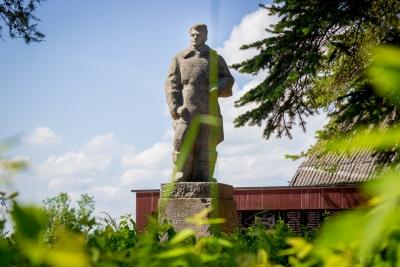 Благоустроен памятник Севастьянову