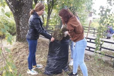 В Лихославле волонтеры убрали два военно-мемориальных объекта