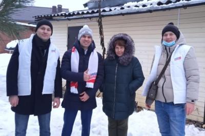 «Молодая Гвардия» помогает жителям Лихославля в очистке жилых домов от снега и сосулек