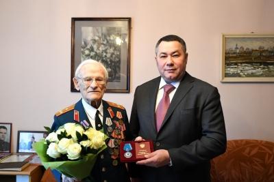 Игорь Руденя вручил участнику Великой Отечественной войны Николаю Черных орден Почета