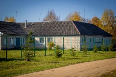 Вокруг Ильинской основной школы установлено современное металлическое ограждение
