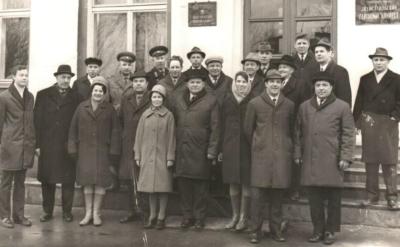 Смирнов Михаил Алексеевич, в центре (шестой слева в первом ряду)